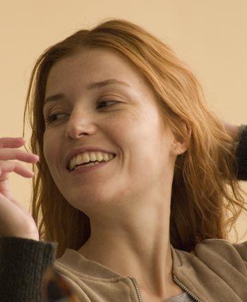 """Selma Ergeç: Neyim doğruydu ki!  Manken ve oyuncu Selma Ergeç'in derdi bir yeriyle değil, her yeriyleymiş çocukluk yıllarında! Uzun yıllar hiçbir yeriyle barışık yaşayamamış.  """"9 yaşımda Almanya'ya, üç aylığına dedem ve ninemin yanına gittim. Öyle bir yemişim ki döndüğümde annem beni havaalanında tanımadı!   Normal halimin 2-3 katına çıkmıştım. Normale döndükten sonra hiçbir zaman sağlıksız bir kiloda olmadım.  Ama şişmanken geliştirdiğim kendimi algılama biçimim nedeniyle uzun yıllar hiçbir yerimle barışık olmadım. Vücudumu saklardım hep, büyük gömlekler giyerdim.   Yüzümü de beğenmezdim, saçlarımı yüzümü kapatacak şekilde tarardım. Eski fotoğraflarıma bakıyorum da, ne kadar yanlış algılıyormuşum kendimi.   Yanlış kadın resimleriyle kandırılıyoruz. Zayıf, incecik bir kadın, güçsüz ve korunmaya muhtaç bir kadın görüntüsü çizer.   Başkasına bağımlı, o 40 kiloluk haliyle kendi savaşını veremeyen kadın imajı... Bunun altında, büyüyemeyen, hayatın sorumluluğunu üstlenmek istemeyen insan var.   Geçmişe baktığım zaman bunu görüyorum. Bunu geçtikten sonra o vücut imajından da uzaklaşıyorsunuz."""""""